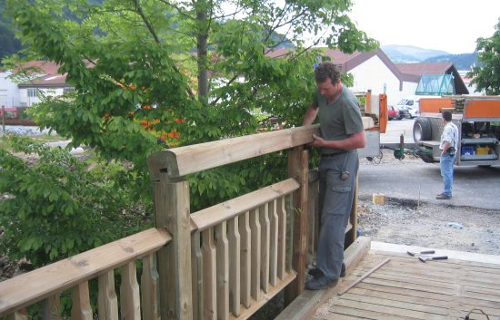 Bau einer Holzbrücke mit Holzgeländer System WEIZ (10)