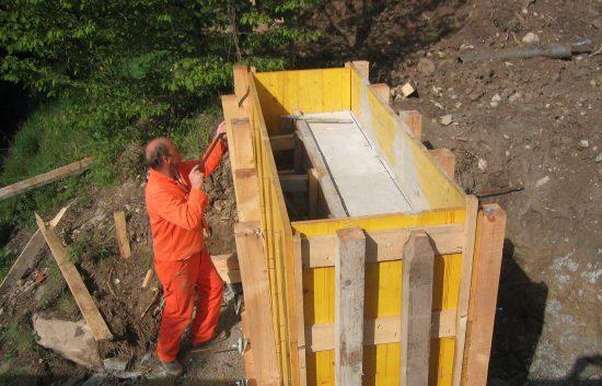 Bau einer Holzbrücke mit Holzgeländer System WEIZ - Schritt 2 Bau eines Betonauflegers (erfolgt durch eine Baufirma)