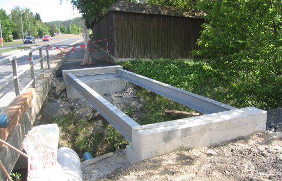 Bau einer Holzbrücke mit Holzgeländer System WEIZ - Schritt 3: Eisenträger auf Betonaufleger montiert
