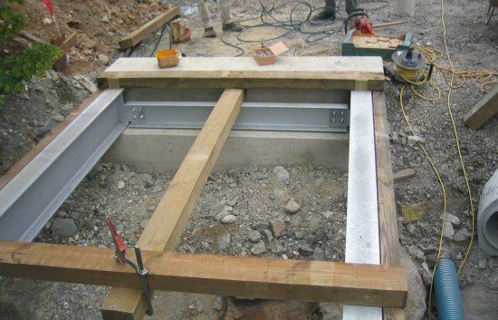 Bau einer Holzbrücke mit Holzgeländer System WEIZ - Schritt 4: Befestigung der Holzunterkonstruktion an den Eisenträgern