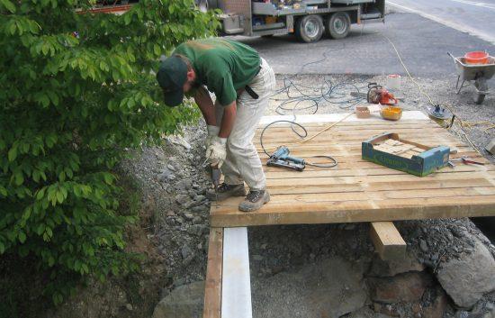 Bau einer Holzbrücke mit Holzgeländer System WEIZ (5)