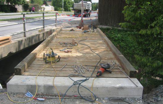 Bau einer Holzbrücke mit Holzgeländer System WEIZ (6)