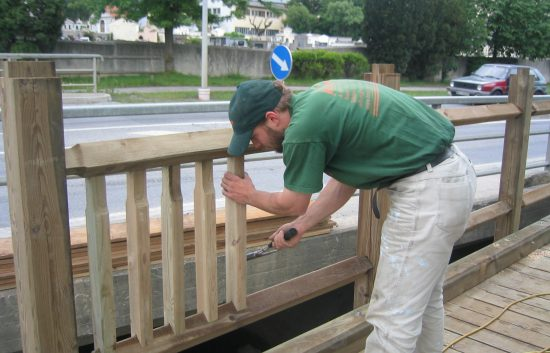 Bau einer Holzbrücke mit Holzgeländer System WEIZ (8)