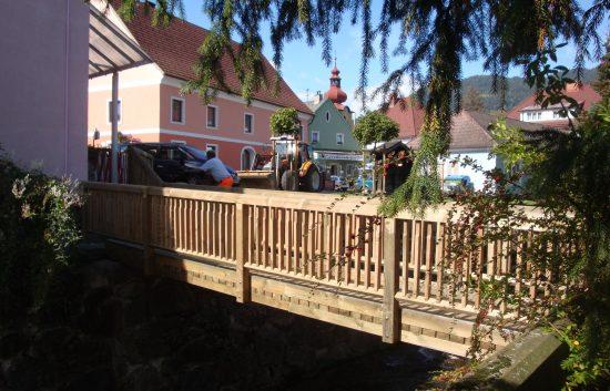 Holz.- Fußgängerbrücke mit Holzgeländer System Raaba light (1)