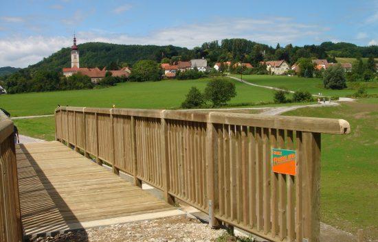 Fußgänger- und Radwegbrücke mit Holzgeländer System Raaba light für Radweg (2)