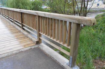 Holzbrücke mit Geländer System RAABA mit doppeltem unteren Holm
