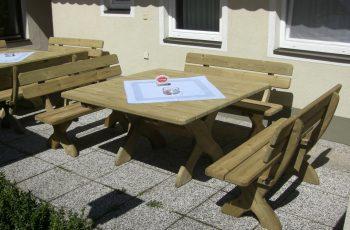 Sitzgarnitur - Pongau Stammtisch / Tisch 140x140 cm, Höhe 75 cm, Bank L140 cm, Sitzhöhe 40 cm. Aus ausgesuchtem Kiefernholz, kesseldruckimprägniert, Kanten gerundet, fertig montiert
